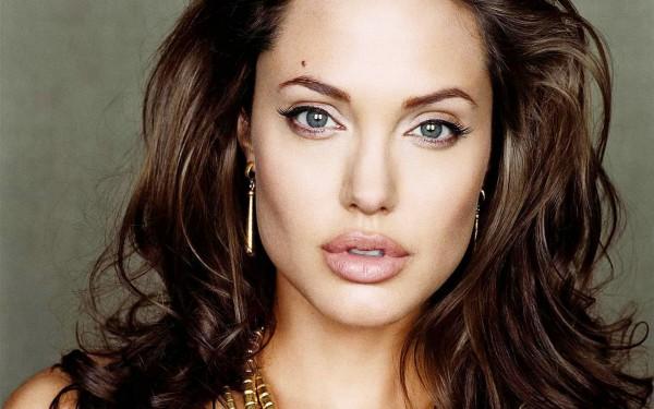 Портрет Анджелины Джоли без груди продадут на аукционе