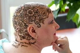 Короны-тату из хны представляют собой классические растительные узоры, религиозные символы или послания надежды.