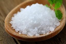 Снижайте количество потребляемой соли и используйте вместо нее специи, травы, чеснок и лимон для ароматизации пищи.